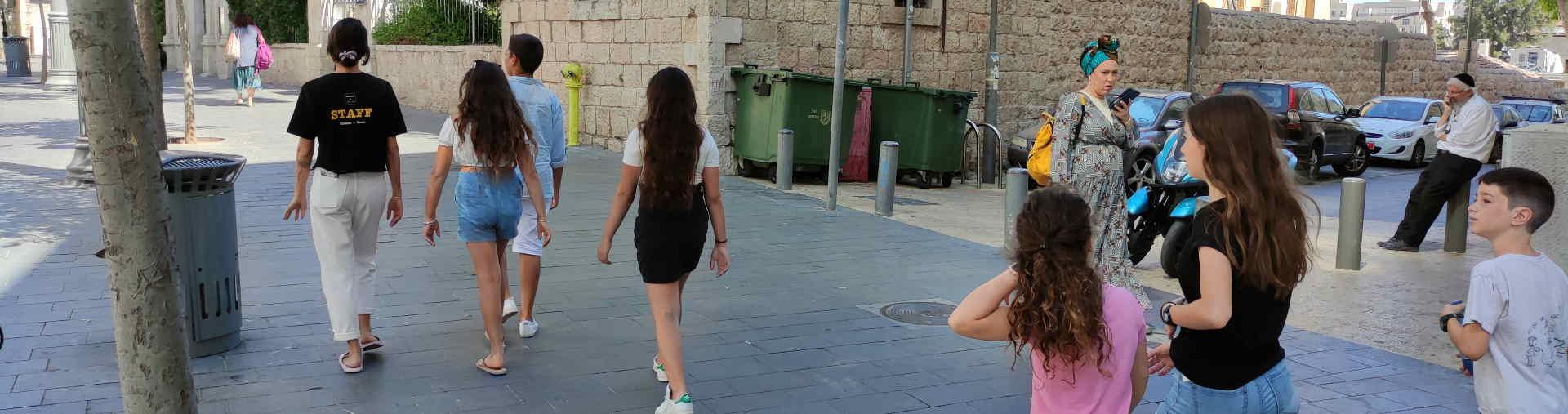 ילדות משתתפות בסיור גרפיטי בירושלים