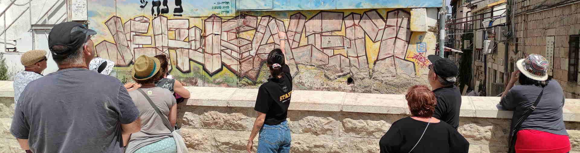 מדריכה משפחות בסיור גרפיטי בירושלים