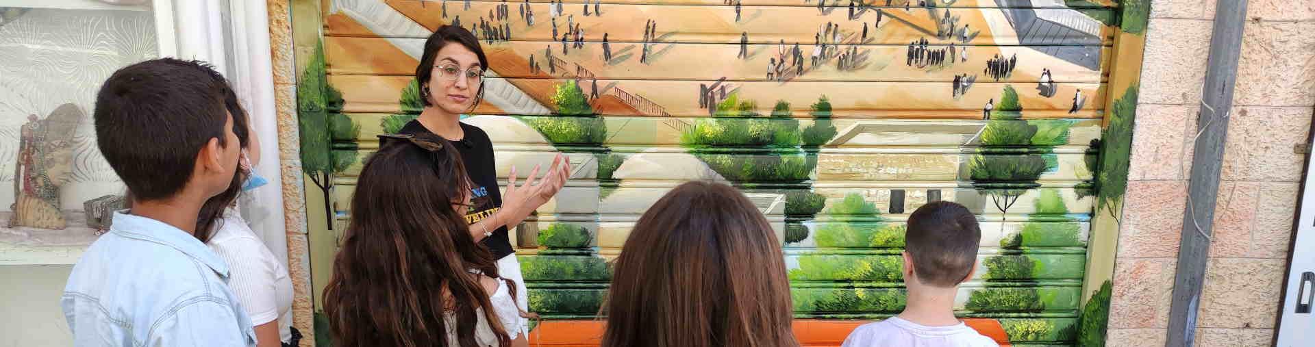 מדריכה ילדים בסיור גרפיטי בירושלים למשפחות