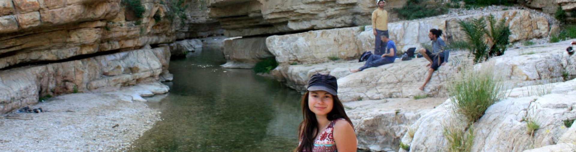 משתתפת במעיין במדבר יהודה בסיור ג'יפים