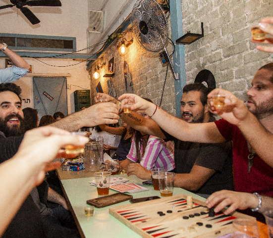 מרימים כוסית בסיור בארים בתל אביב
