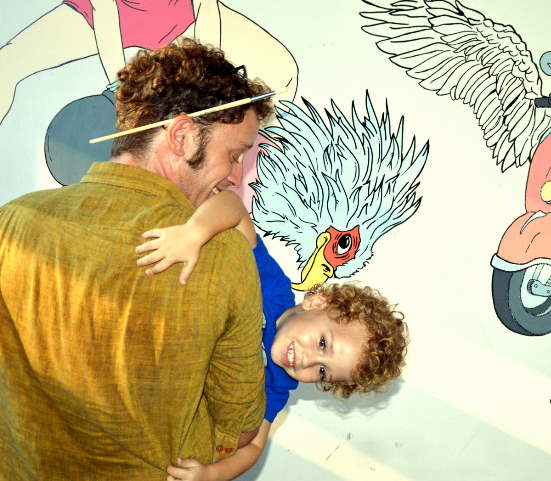 ילד בסיור גרפיטי משפחות בתל אביב